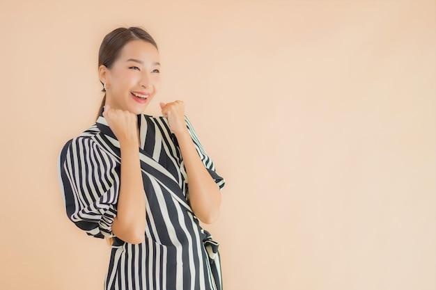 Glimlach van de portret de mooie jonge aziatische vrouw gelukkig Gratis Foto
