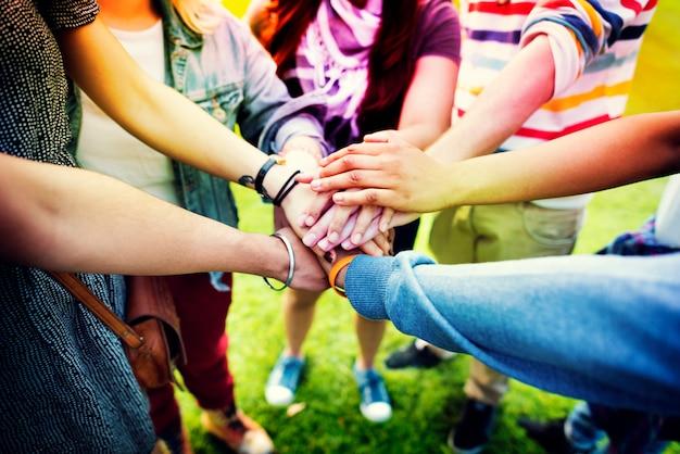 Glimlach vrouwen vrolijke tieners praten hipster Premium Foto