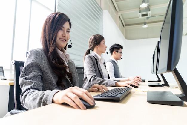 Glimlachend callcenter werkt Premium Foto