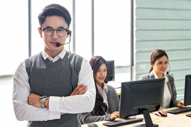 Glimlachend callcenterteam Premium Foto