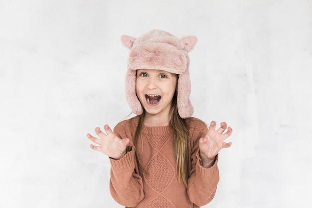 Glimlachend meisje dat grappige gezichten maakt Gratis Foto