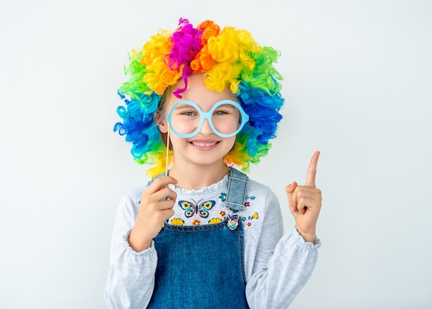 Glimlachend meisje in veelkleurige pruik Premium Foto