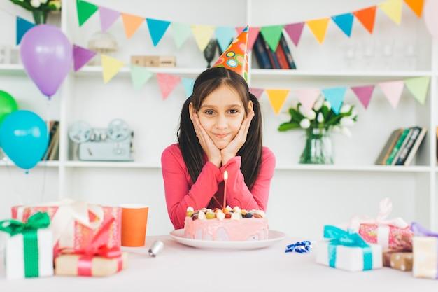 Glimlachend meisje met een verjaardagstaart Gratis Foto