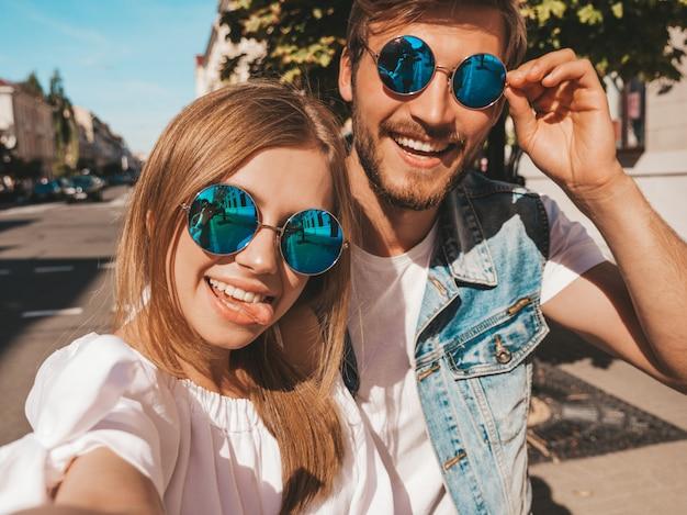 Glimlachend mooi meisje en haar knappe vriendje in casual zomer kleding. Gratis Foto