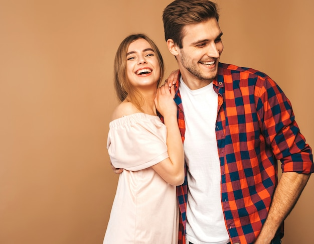 Glimlachend mooi meisje en haar knappe vriendje lachen. Gratis Foto