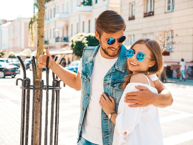 Glimlachend mooi meisje en haar knappe vriendje. Gratis Foto