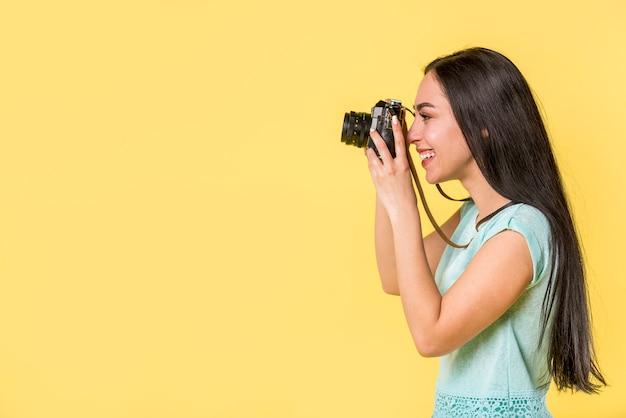 Glimlachend wijfje dat foto neemt Gratis Foto