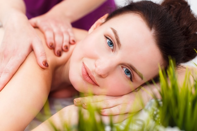 Glimlachende cliënt bij een massagesessie Premium Foto