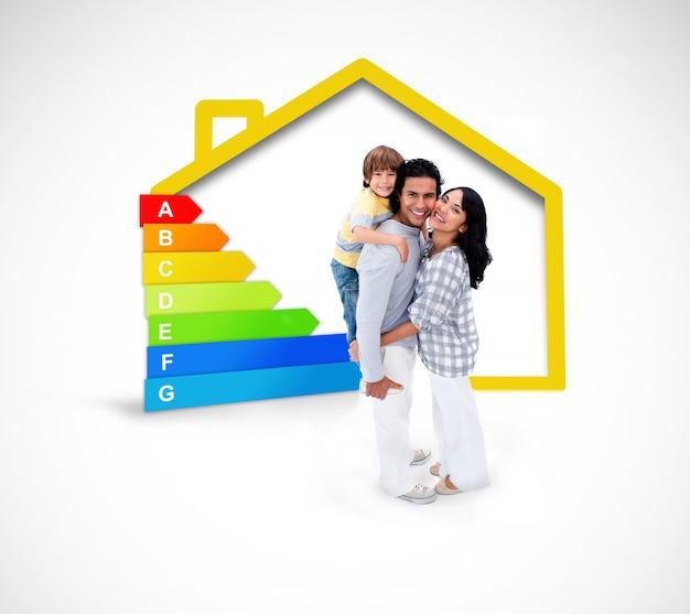 Glimlachende familie die zich met een gele huisillustratie bevindt met energielating Premium Foto