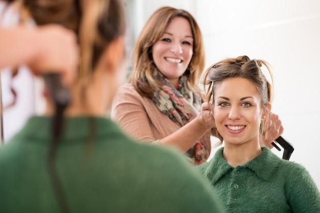 Glimlachende gelukkige gezichten van een herenkapper en een cliënt Premium Foto