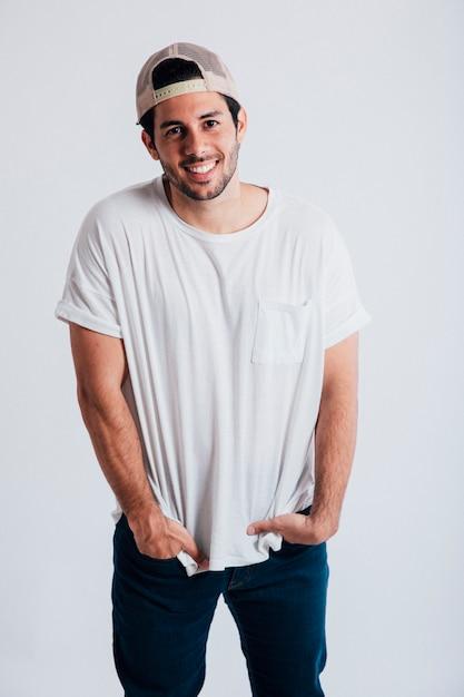 Glimlachende jonge man Gratis Foto