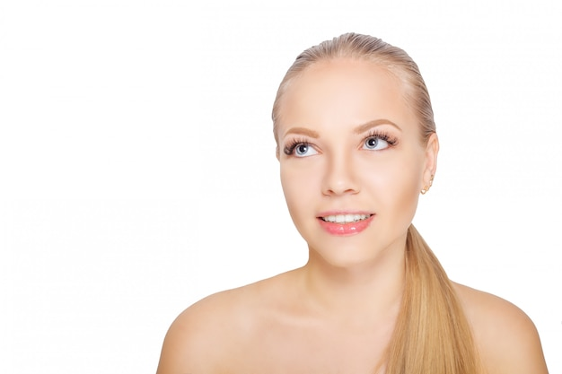 Glimlachende jonge scandinavische vrouw na wimper verlenging procedure. vrouw ogen met lange wimpers. wimpers. geïsoleerd. Premium Foto