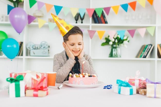 Glimlachende jongen met een verjaardagscake Gratis Foto