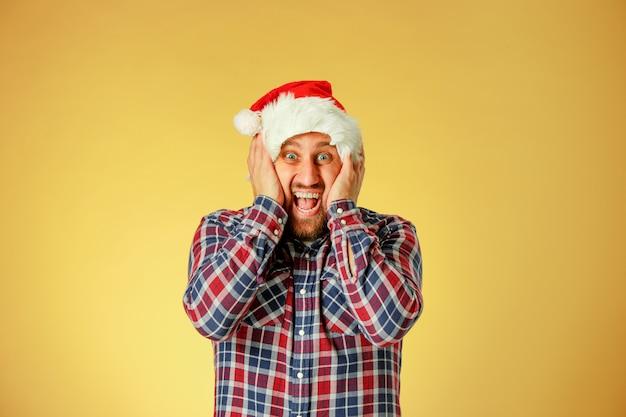 Glimlachende kerstmismens die een santahoed draagt Gratis Foto