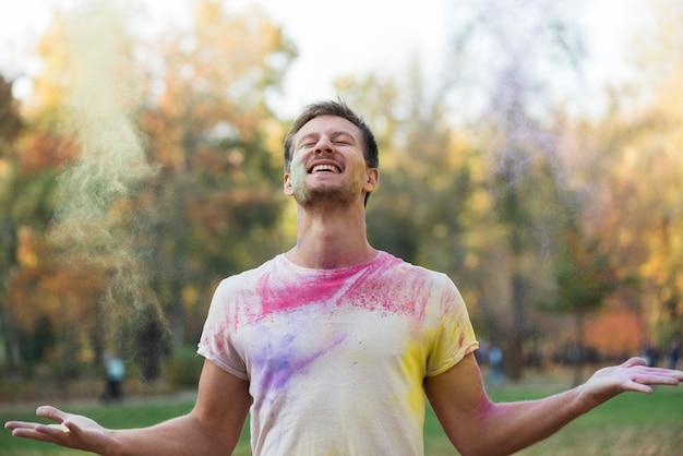 Glimlachende mens die holi van festival geniet Gratis Foto