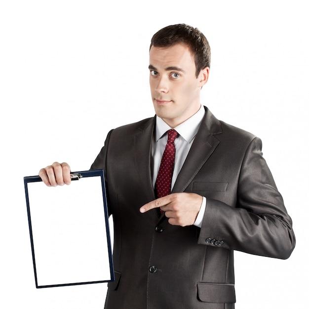 Glimlachende moderne zakenman die vinger richten op leeg klembord dat op wit wordt geïsoleerd Premium Foto