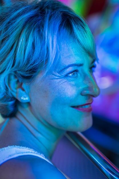 Glimlachende mooie vrouw die weg bekijkt Gratis Foto