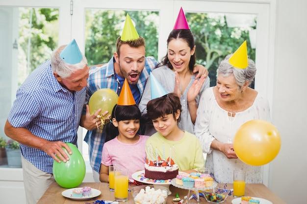 Glimlachende multigeneratiefamilie die een verjaardagspartij vieren Premium Foto