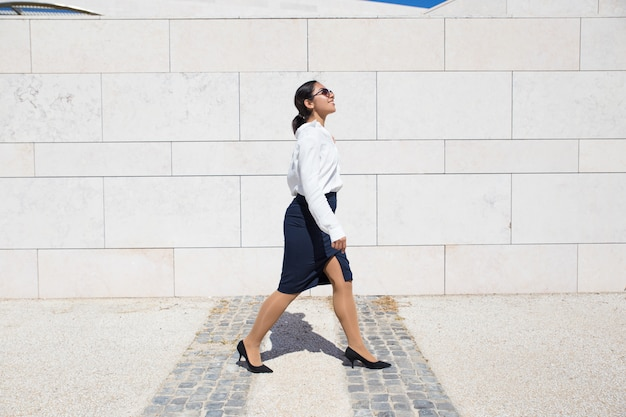 Glimlachende onderneemster op haar manier aan bureau Gratis Foto