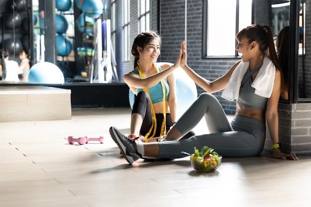 Glimlachende succesvolle fitness klasse na de training Premium Foto
