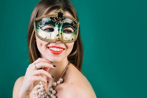 Glimlachende topless vrouw maskerade carnaval masker en halsband dragen die Gratis Foto