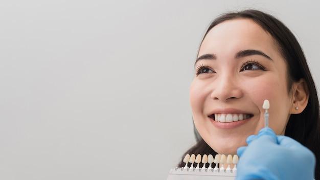 Glimlachende vrouw bij tandarts Gratis Foto