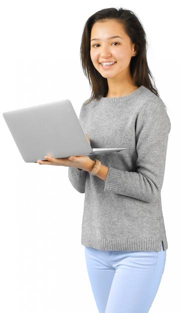 Glimlachende vrouw met laptop computer Premium Foto