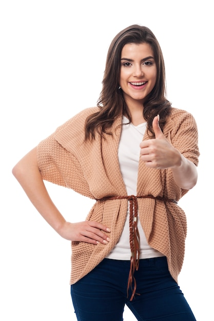 Glimlachende vrouw met omhoog duim Gratis Foto