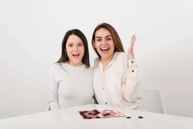 Glimlachende vrouwen die controleurs spelen Gratis Foto