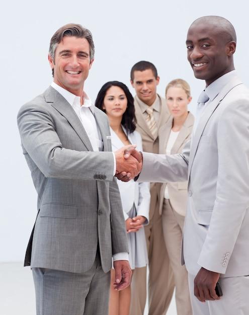 Glimlachende zakenlieden die handen schudden Premium Foto