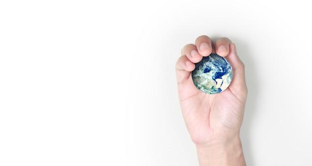 Globe, aarde in menselijke hand, die onze planeet gloeiend houdt. Premium Foto
