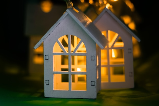 Gloeiende kerstslinger in de vorm van een huis. Premium Foto