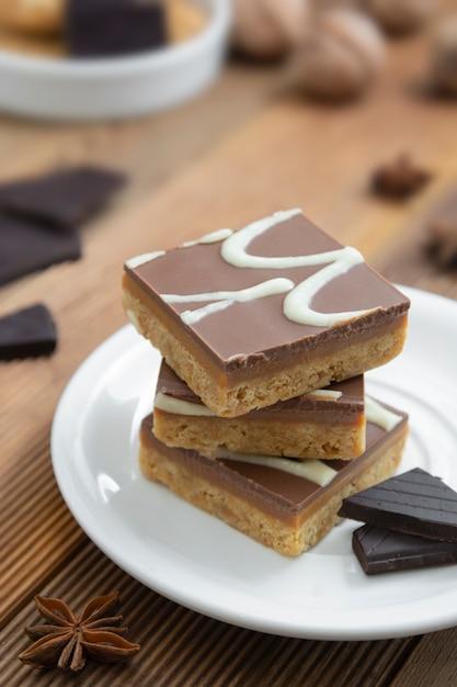 Glutenvrije fudgebeten, geen bloem, geen suiker, veganistisch of vegetarisch gezond voedsel, dessert. Premium Foto