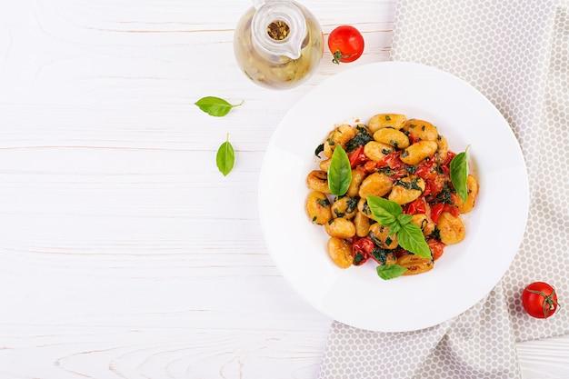 Gnocchi pasta in rustieke stijl. italiaanse keuken. vegetarische groentepasta. lunch koken. gastronomisch gerecht. bovenaanzicht Gratis Foto
