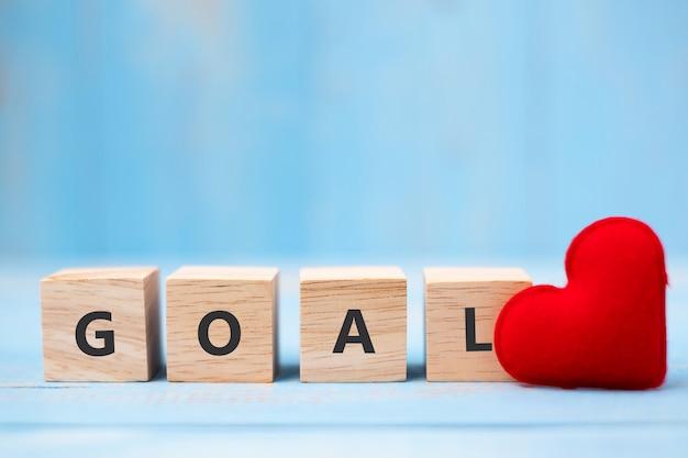 Goal houten kubussen met rode hartvorm decorationon Premium Foto