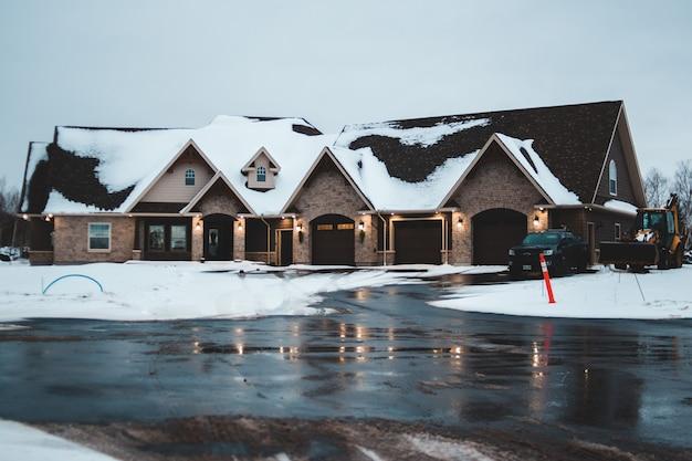 Goed verlichte huizen in de winter Gratis Foto