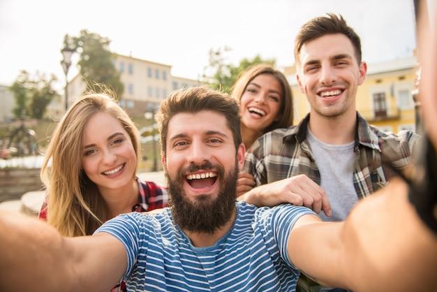 Goede mensen maken een selfie op straat. Premium Foto