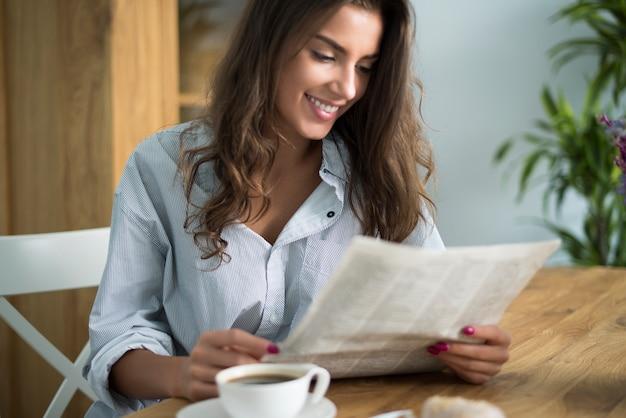Goedemorgen begint met het lezen van de krant Gratis Foto