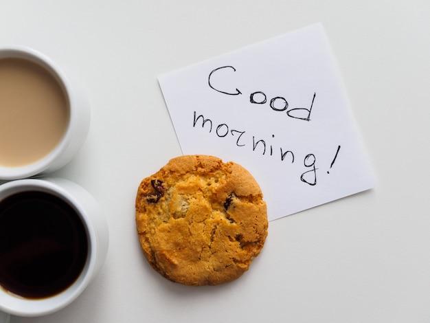 Goedemorgen inscriptie met koffie en cookie Premium Foto