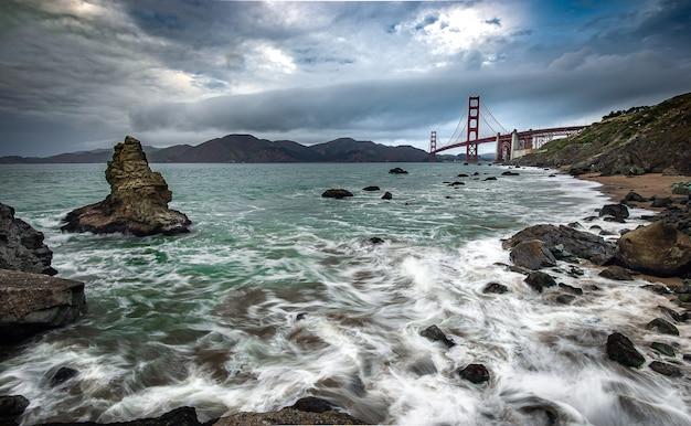 Golden gate bridge en de stille oceaan in het mooie moment Premium Foto