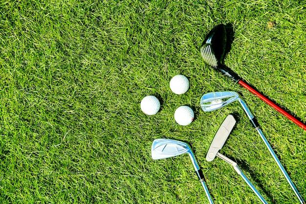 Golfclubs en ballen op grasachtergrond voor tekst Premium Foto