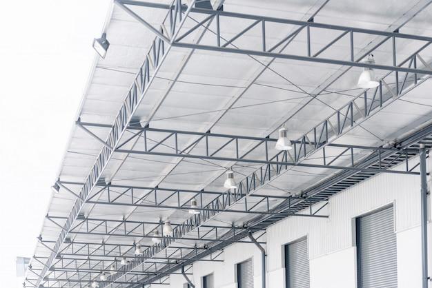 Golfplaten dak met pe-isolatie van polyethyleen met reflecterende folie en verlichtingssysteem Premium Foto
