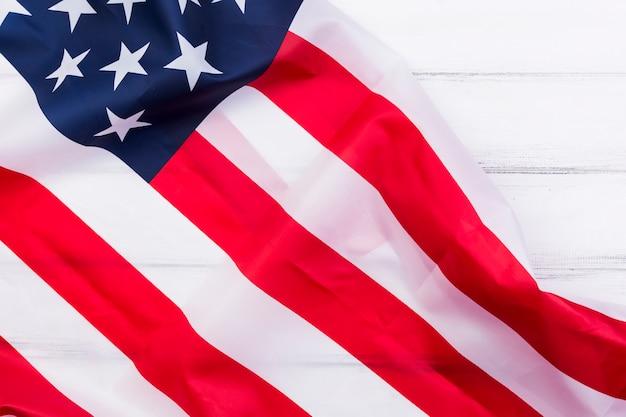 Golvende amerikaanse vlag op witte achtergrond Gratis Foto