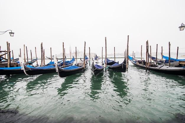 Gondels in lagune van venetië op zonsopgang, italië Gratis Foto