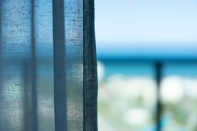 Gordijn bij het raam in de ochtend. Premium Foto