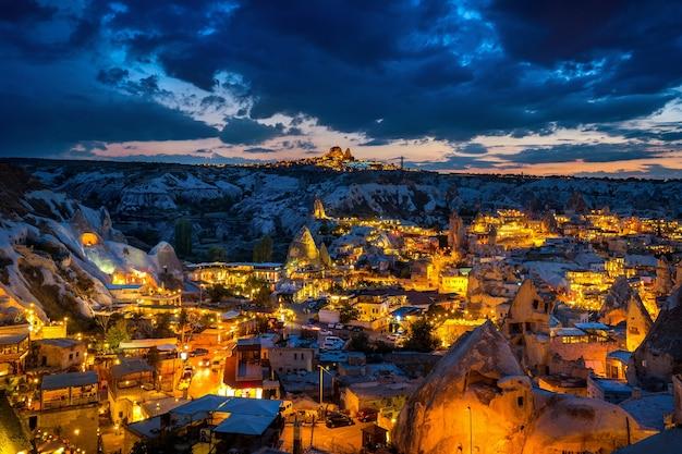 Goreme stad bij schemering in cappadocië, turkije. Gratis Foto