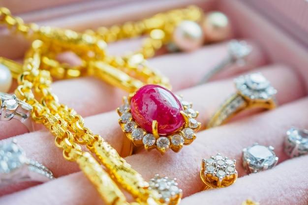 Goud en zilver diamanten edelsteen saffier ring kettingen en parel oorbellen in luxe juwelendoosje Premium Foto