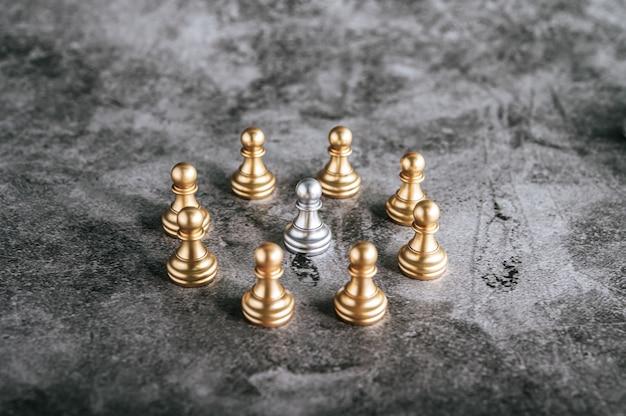 Goud en zilver schaken op schaakbordspel voor bedrijfs metafoor leiderschap concept Gratis Foto