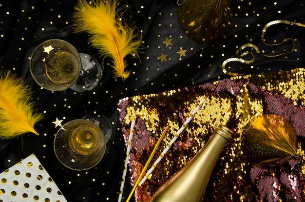 Gouden achtergrond met champagneglazen plat lag Gratis Foto