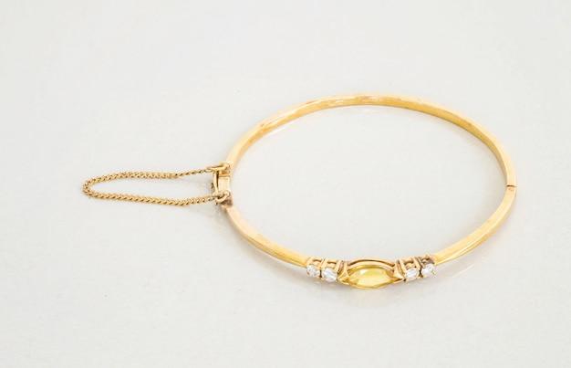 Gouden armband op grijze marmeren steen Premium Foto